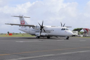 就航60周年を迎えた喜界―鹿児島路線の旅客機=10日、喜界空港