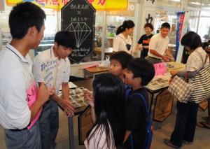 多くの来場者でにぎわった古仁屋高校のイベント「日本スイーツの聖地」=3日、瀬戸内町のせとうち海の駅