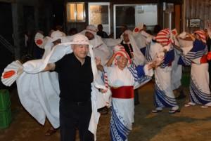 老若男女が家回りをして五穀豊穣を祈願した「ムチタボリ」=15日、徳之島町手々