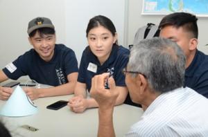 地元のゲストと楽しく交流をするカケハシインターナショナル奄美校の学生たち=2日、奄美市名瀬