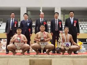 団体で3位入賞した奄美大島チーム。前列左から早瀬、豊田、俵(提供写真)