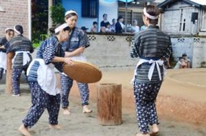 村指定無形文化財の「芦検稲すり踊り」を奉納する婦人会の踊り手たち=17日、宇検村芦検