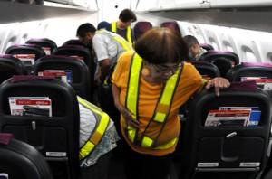 (上から)剪定技能講習会に励む男性会員らとJAC機内で清掃作業の手順を確認する女性会員ら=22日、和泊町の沖永良部空港