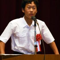 山村留学をテーマに発表する阿室中2年の栄晃輝さん=4日、鹿児島市