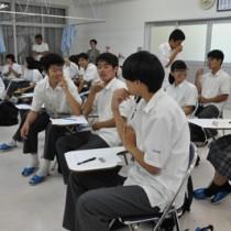 受容と傾聴を意識した受け答えを考える生徒=21日、奄美市名瀬