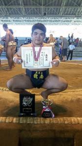 九州中学総体相撲男子個人で優勝した新島(提供写真)