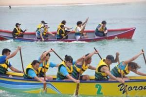 老若男女の9チームが出場し、熱戦を繰り広げたハーリー大会=11日、与論町の茶花海岸