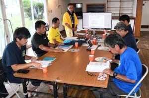 各島の情報などを共有し、今後の方針を協議した奄美群島南三島観光連携協議会の会合=29日、徳之島町諸田