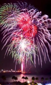 約3千発が名瀬湾を彩った奄美まつり花火大会=2日、奄美市名瀬