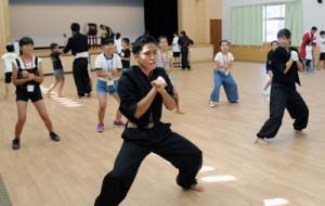 地域の高校生から応援団の演舞を学ぶ小学生=26日、瀬戸内町きゅら島交流館
