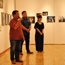 親子3代で徳之島を撮影する写真展「一写入魂」=11日、奄美市笠利町