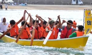 くり舟競争の字対抗男子の部で優勝した田皆チーム=4日、知名町の知名漁港