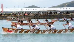 男女計66チームが熱戦を繰り広げたひらとみ祭りの舟こぎ競争=25日、大和村