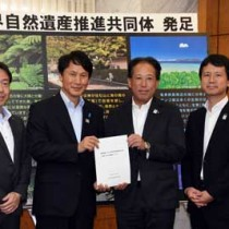 三反園知事(左から2人目)に要望書を手渡して活動への協力を求めた事務局企業の担当者ら=28日、鹿児島市の県庁
