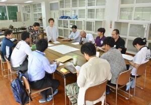 大島紬を使用した新しい衣類の制定に向けて意見交換した関係者=7日、奄美市名瀬