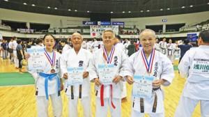 日本マスターズ空手競技で上位入賞を果たした重山さん(右)と(左から)西さん、豊田さん(提供写真)