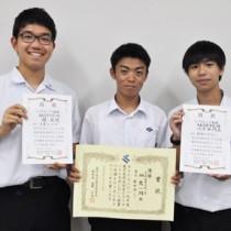 県高校生ビブリオバトル大会に出場した大島高校の(左から)積さん、畑さん、八下田さん=9日、奄美市名瀬