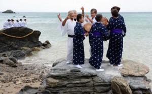 海のかなたの神々に五穀豊穣を祈る「平瀬マンカイ」=6日午後4時ごろ、龍郷町秋名