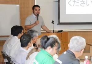 地域活性化について講話する永山さん=4日、奄美市名瀬