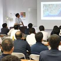 スマート農業による作業効率化を提案した鹿大主催の先端農業セミナー=13日、徳之島町亀津
