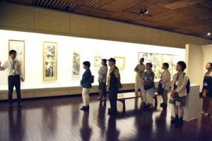 「もっと知りたい 田中一村鑑賞会」。新たな作品も鑑賞した参加者=8日、田中一村記念美術館