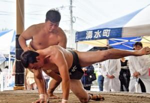 【相撲・一般団体準決勝】上手出し投げを決めた大島の龍山=22日、湧水町相撲道場