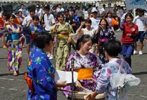 浴衣姿で八月踊りを披露する生徒ら=8日、奄美市名瀬の奄美高校第2グラウンド