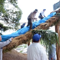 秋名アラセツ行事へ向け、ショチョガマを建てた秋名・幾里の住民と他地区のボランティア=1日、龍郷町秋名