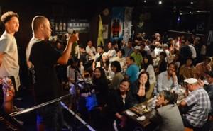 奄美黒糖焼酎ファン80人が参加した蔵元との交流イベント「島酒飲もうでぃ」=15日、奄美市名瀬