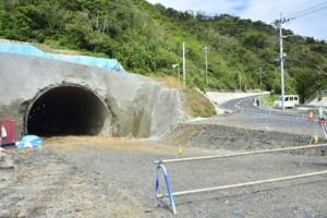 貫通した宮古崎トンネルの根瀬部側坑口=27日、奄美市