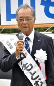 出陣式で再選に向けて支持を訴える山元宗氏=3日午前9時15分ごろ、与論町那間の選挙事務所前