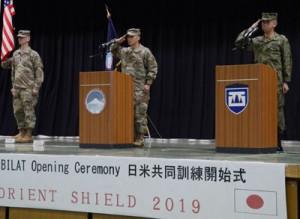 「オリエント・シールド19」の訓練開始式に臨む陸自西部方面総監の本松陸将(右)と在日米陸軍司令官のルオン少将(中央)=5日、熊本市