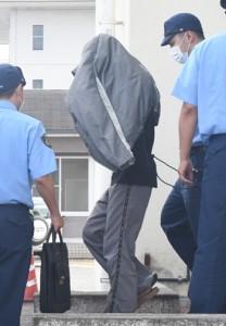 強盗未遂の疑いで送検された当時の渡部容疑者=7月1日、奄美署