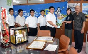 花束を受け取る新島主将(右から3人目)ら龍南中相撲部メンバー=11日、龍郷町役場