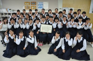 全日本高校・大学生書道展で個人、団体共に入賞した大島高校書道部=6日、奄美市名瀬