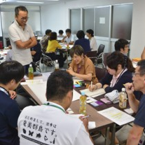 奄美観光の魅力や課題について語り合ったピーチ社の社員と地元関係者ら=6日、奄美市名瀬