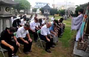 約40人が参列した偲ぶ会=24日、和泊町の南洲神社