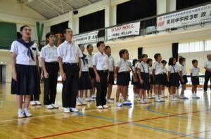 元気な校歌斉唱で2学期のスタートを切った東城小中学校の児童生徒=2日、奄美市住用町