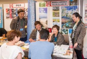 移住希望者ら約60人が訪れ、人気だった奄美群島ブース=7日、東京・有楽町の交通会館