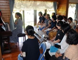 30人余りが演奏に聴き入った第3回「ポロポロの会」=1日、知名町田皆