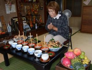 赤飯などの料理を供えてコウソガナシを祭る「ツカリ」=5日、龍郷町秋名