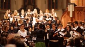 「えらぶの子守唄」を歌うハイデルベルク大学の合唱団(引用=動画共有サイト・ユーチューブチャンネル「Studentenchor Heidelberg e.V.」より「Okino erabu lullaby」)