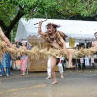 異形の者が鎌で綱を3回切る「綱切り」で幕を明けた油井の豊年踊り=13日、瀬戸内町油井