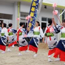 豊年祭で数十年ぶりに復活した女性の棒踊り「チュクテングァ」=15日、瀬戸内町蘇刈