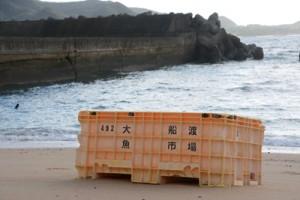 奄美大島の砂浜に流れ着いた、東日本大震災の津波で流されたとみられる大船渡魚市場の備品=9月27日、龍郷町の加世間