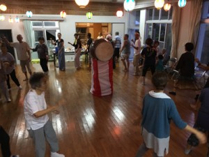 初の盆踊りイベントを楽しむ参加者=8月31日、瀬戸内町俵(提供写真)