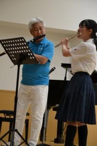 与論高校生とも共演し、会場を沸かせたフルート奏者の菅原さん(左)=29日、与論町
