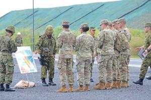 駐屯地のグラウンドで警備要領の説明を受ける米兵たち=20日、奄美市名瀬
