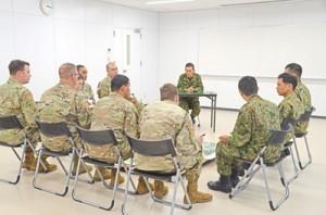 隊庁舎内で、駐屯地内の警備要領について打ち合わせをする高射中隊と米陸軍兵=20日、奄美市名瀬