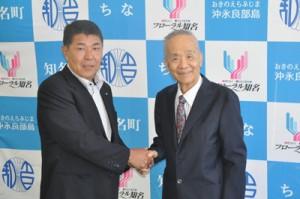 応援協定を結び、握手を交わす今井町長(左)と本部理事長=11日、知名町役場